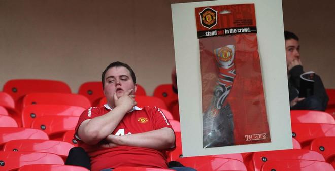 """Fan Man United ngán ngẩm với đồ lưu niệm """"cổ quái"""""""