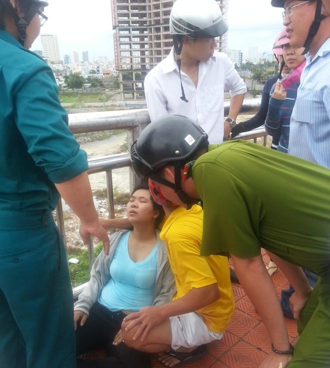 Một phụ nữ ôm con vài tháng tuổi đòi nhảy xuống sông Hàn