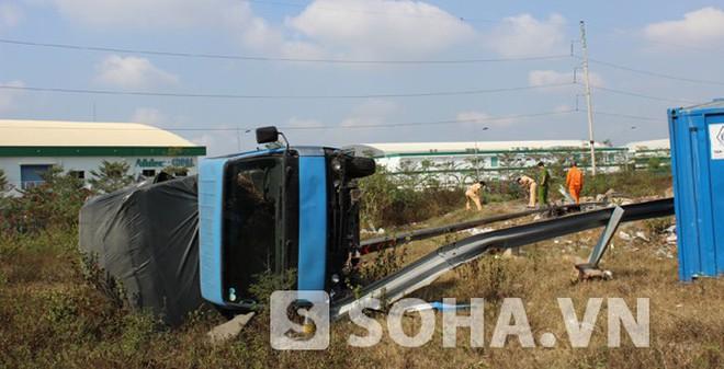 Xe tải lật nhào, 1 người suýt mất mạng