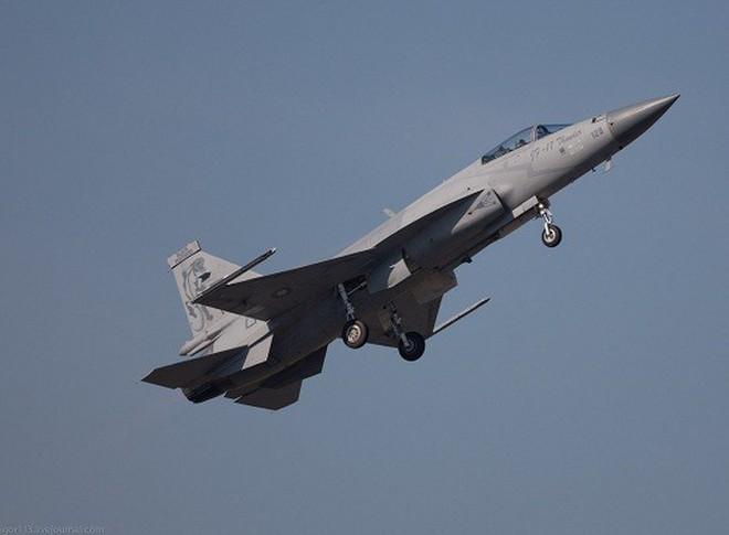 """Đồng minh thân cận của Mỹ """"kết"""" tiêm kích JF-17 Trung Quốc"""