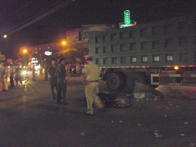 Va chạm xe máy ngã ra đường, 2 người bị xe tải cán tử vong