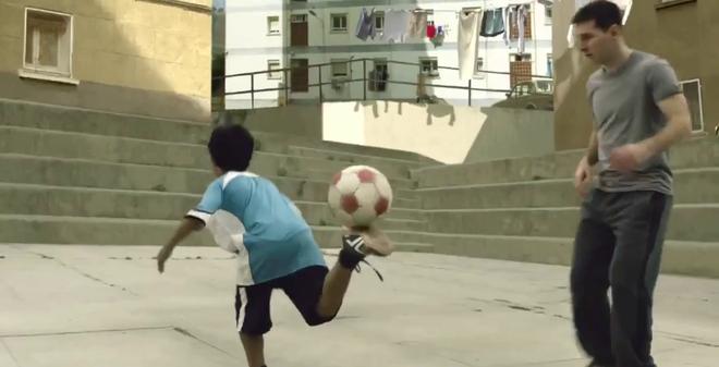 """Messi bị trẻ con """"xỏ mũi"""" giữa đường phố"""