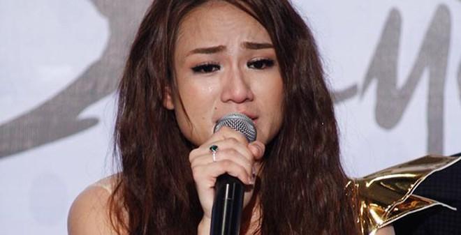 Ca sĩ bị đồn yêu Cường Đôla khóc nức nở khi đề cập về quá khứ