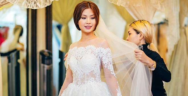 Á hậu Diễm Trang âm thầm đi thử váy cưới một mình