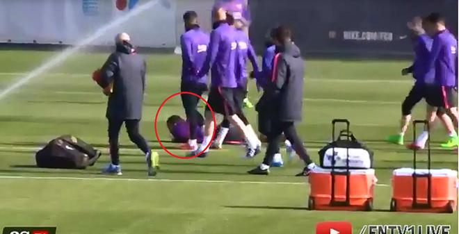 Alves tập... bắn súng ở sân tập Barca