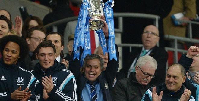 Mourinho khiến fan ngỡ ngàng vì quá tốt bụng