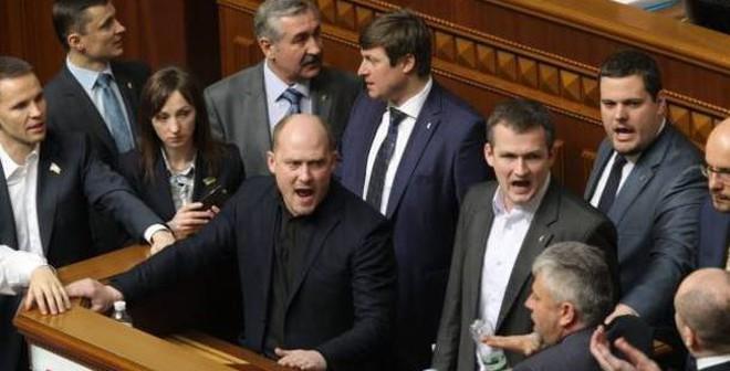 """Điều tra Thủ tướng Ukraine: """"Không cần dùng búa giết 1 con muỗi"""""""
