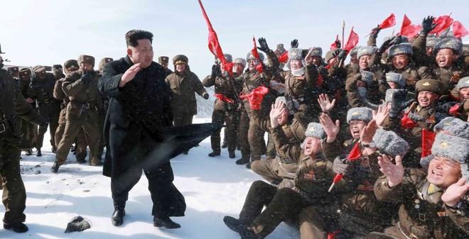 24h qua ảnh: Kim Jong Un thăm phi công trên đỉnh núi tuyết phủ