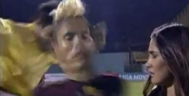 """Cầu thủ bị """"ám sát"""" lộ liễu ngay trên sân"""