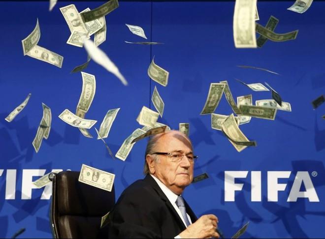 24h qua ảnh: Ném cơn mưa tiền phản đối Chủ tịch FIFA Sepp Blatter