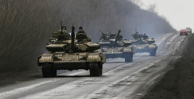 Hàng loạt xe tăng đổ về đông Ukraine