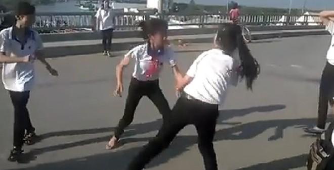 Choáng với clip 2 nữ sinh đánh nhau giữa cầu trong sự cổ vũ của đông đảo bạn bè