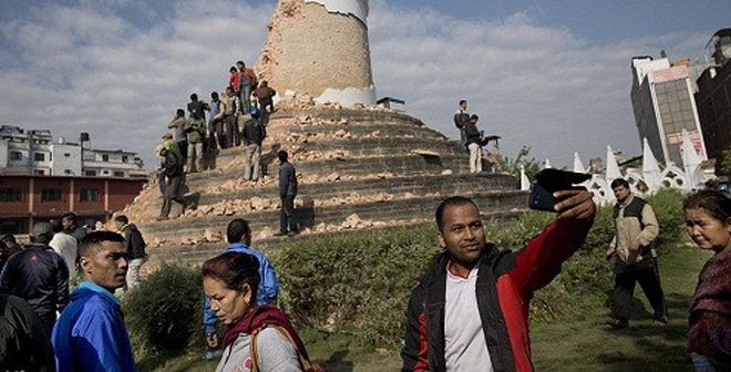 Sốc với những người thi nhau chụp ảnh Selfie trên đống đổ nát ở Nepal