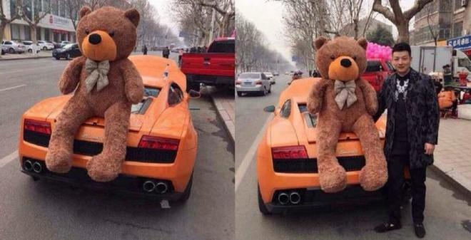Chàng trai đi Lamborghini chở theo gấu bông và hoa hồng cầu hôn bạn gái