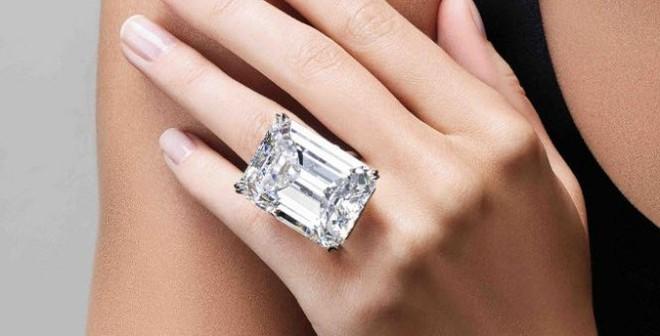 """Bán viên kim cương """"hoàn hảo"""" 22 triệu USD trong 3 phút"""