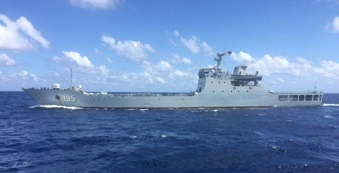 Clip tàu chiến Trung Quốc vây ép tàu tiếp tế Việt Nam