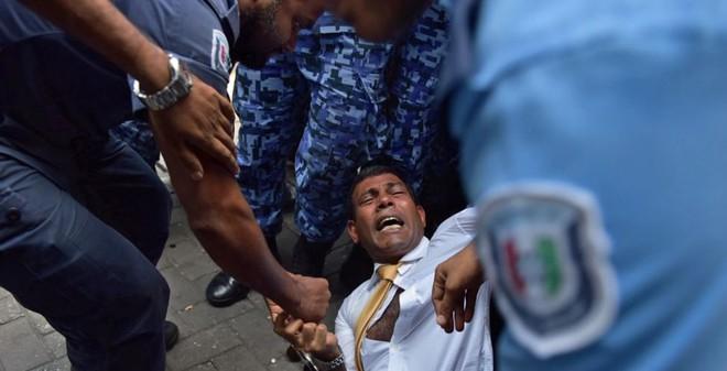 24h qua ảnh: Cảnh sát lôi cựu Tổng thống Maldives khỏi cuộc ẩu đả