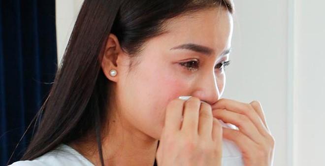 Hoa hậu Phạm Hương khóc nức nở khi nhớ về quá khứ