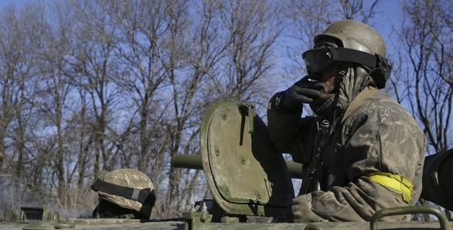 Ukraine: Cả 2 phe đều vờ rút vũ khí hạng nặng khỏi miền Đông