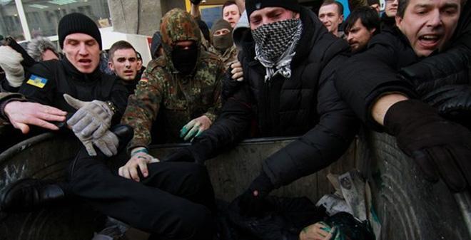 Ukraine: Phía tây náo loạn, quan chức lãnh đủ
