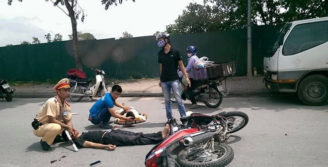 Bị nam thanh niên tông thẳng xe vào người, CSGT bất tỉnh