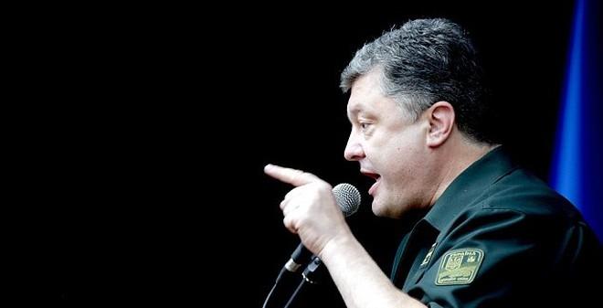 """Ẩn ý đằng sau """"khẩu súng lục dưới gối"""" của Tổng thống Ukraine?"""