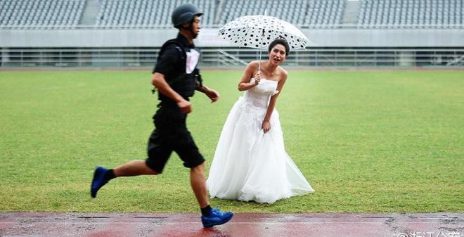 TQ: Cô dâu đội mưa gió, cổ vũ chú rể cảnh sát thi chạy