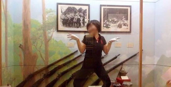 """Nhân viên bảo tàng chụp ảnh tư thế """"lạ"""" trước hiện vật"""