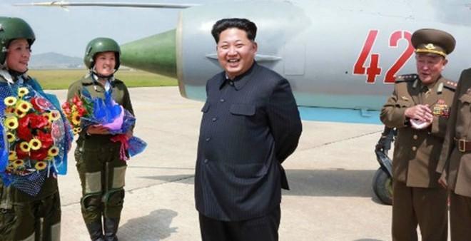 """Ông Kim Jong-un thị sát trực tiếp """"những đóa hoa trên bầu trời"""""""