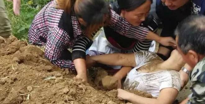 Hãi hùng người phụ nữ bị chôn sống bởi cả xe tải chở đất đá