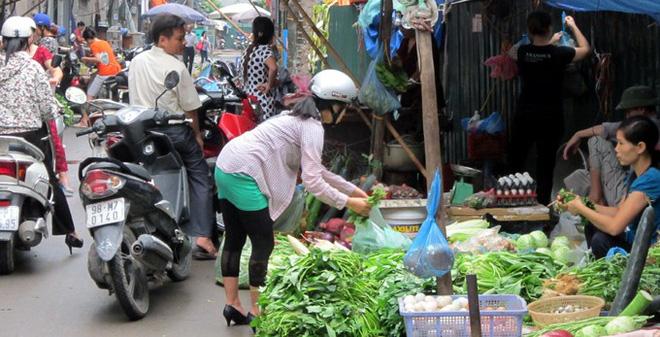 Nắng nóng: Gái sang chảnh thuê người đi chợ