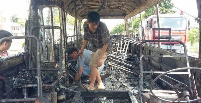 Cháy rụi xe buýt giữa trưa