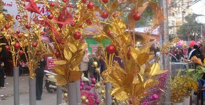 Không nên đặt cành vàng, lá ngọc xin ở chùa lên bàn thờ