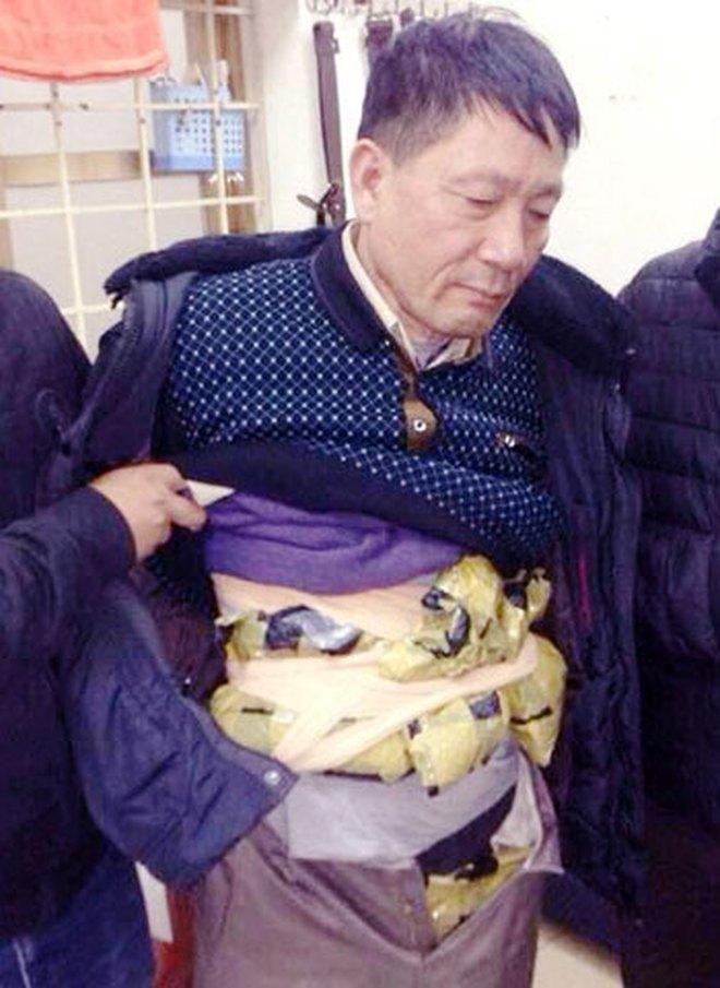 Bắt kẻ quấn 2kg ma túy đá quanh người ở bến xe Lương Yên