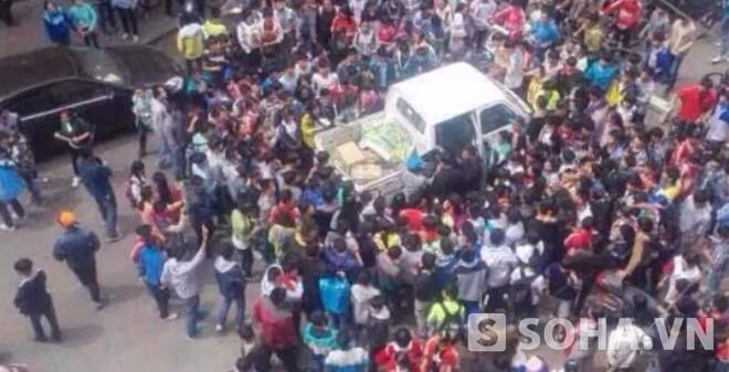 """""""Bắt nạt"""" bà bán chuối, quản lý đô thị bị 1.000 học sinh bao vây"""