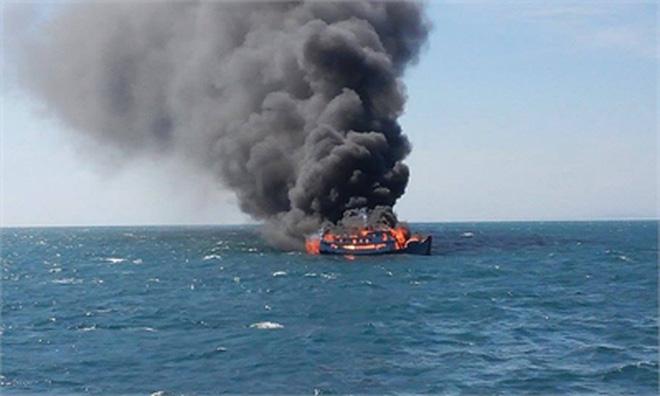 """Nổ bình ga, thuyền ngư dân thành """"bó đuốc"""" giữa biển"""