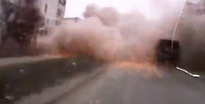 Khoảnh khắc kinh hoàng khi một lái xe ở Ukraine bị pháo kích giữa đường