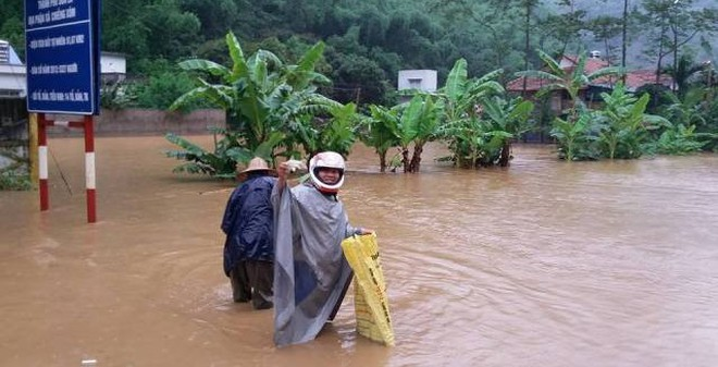 Ra đường tung lưới bắt cá sau bão số 1 ở Sơn La