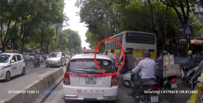 Tranh cãi về hành động dừng xe giúp cụ già qua đường ở Hà Nội