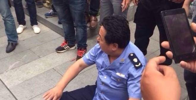 """Cảnh sát Trung Quốc bị hàng trăm tài xế taxi Uber """"quây"""""""