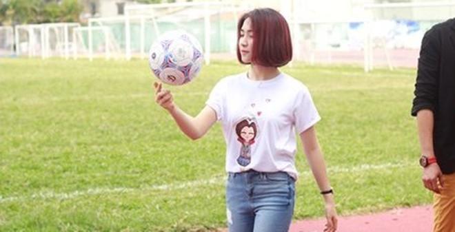 Bạn gái Công Phượng trổ tài tâng bóng trên sân cỏ