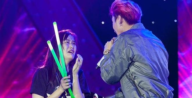 Khán giả nữ khóc, lao lên sân khấu ôm Sơn Tùng M-TP