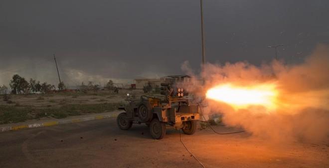 24h qua ảnh: Chiến binh Hồi giáo phóng rocket vào IS