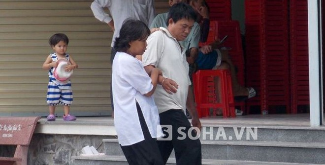 Người vợ mù nhờ người dắt đến toà xin giảm án cho chồng
