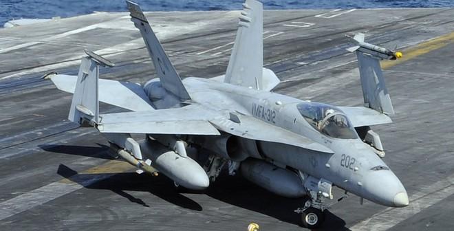 """F/A-18 được """"chăm sóc"""" kỹ như thế nào trước khi cất cánh?"""