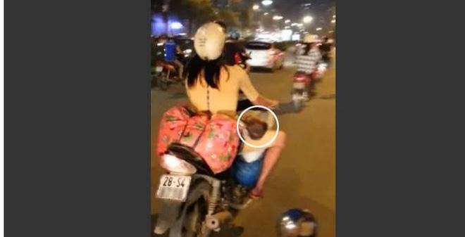 """Clip """"mẹ Việt chở con"""" khiến độc giả báo Anh dậy sóng"""