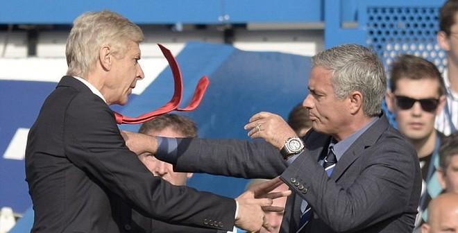 """Vì Ronaldo, Wenger bất ngờ """"ném gạch"""" Mourinho"""