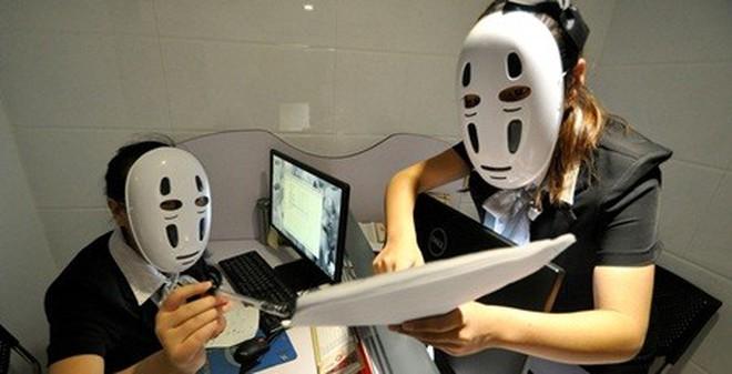 Nhân viên được đeo mặt nạ để không phải cười với đồng nghiệp, khách hàng cả ngày
