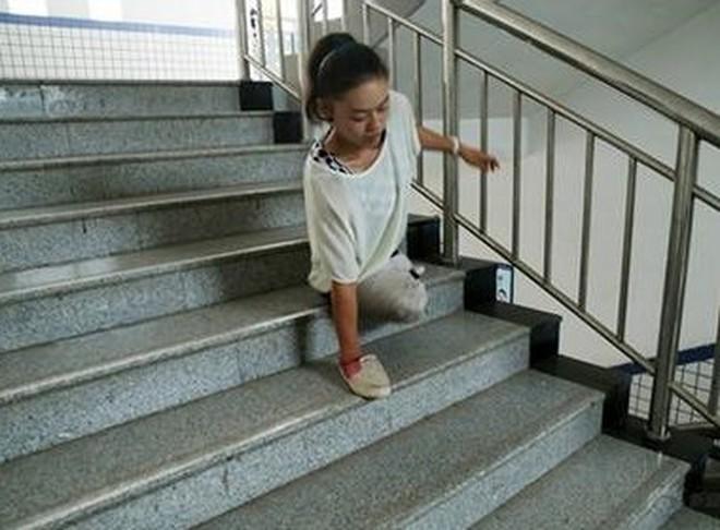 Cô nữ sinh mồ côi cụt cả 2 chân trở thành hiện tượng mạng xã hội Trung Quốc
