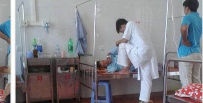 Bác sĩ giẫm chân lên giường bệnh từ chức và bị kỷ luật